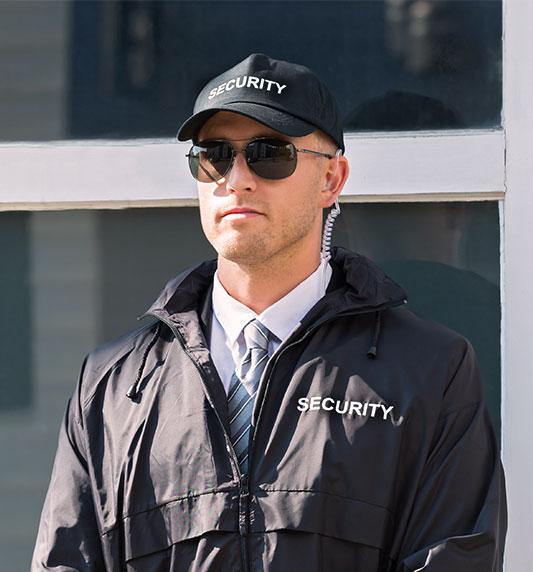Agent de Sécurité devant une entreprise