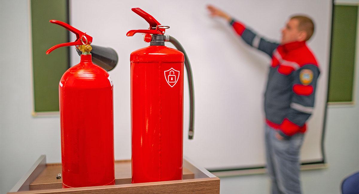 Agent de sécurité incendie et extincteurs rouges