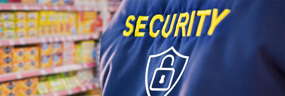 Vue du dos d'un agent de sécurité dans un magasin
