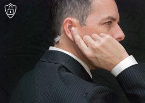 Agent de Sécurité privée écoutant des instructions via une oreillette